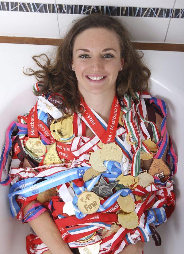 Budapest, 2015. január 11. Hosszú Katinka úszónõ Budapesten 2015. január 10-én. Az úszónõ 2014-ben öt világrekordot állított fel, hat Európa-bajnoki érmet (közte három egyéni aranyat), 68 világkupa-érmet (közte 51 aranyat) szerzett, 122 gyõzelemmel õ vezeti a vk-történet örökranglistáját. Tavaly elnyerte a Nemzetközi Úszó Szövetség (FINA) az év legjobb nõi úszójának járó elismerését, Magyarországion év legjobb nõi sportolója lett és a Figyelõ gazdasági hetilap elsõ alkalommal neki ítélte Év Embere díját. MTI Fotó: Kovács Anikó